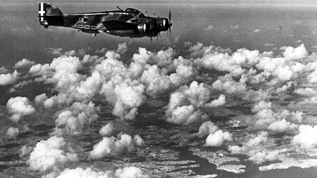 Malta-1942-bombardieri-italiani-S-dot-M-79-in-volo-su-La-Valletta